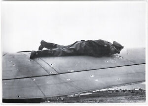 Pilot-untersucht-Einschuesse-an-seinem-Flugzeug-Orig-Pressephoto-von-1940