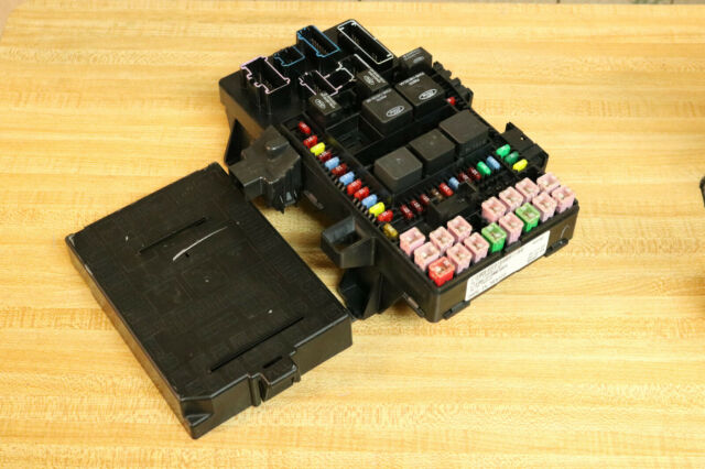 2004 04 05 2006 Ford Lincoln Expedition Navigator Smart Junction Fuse Panel Box