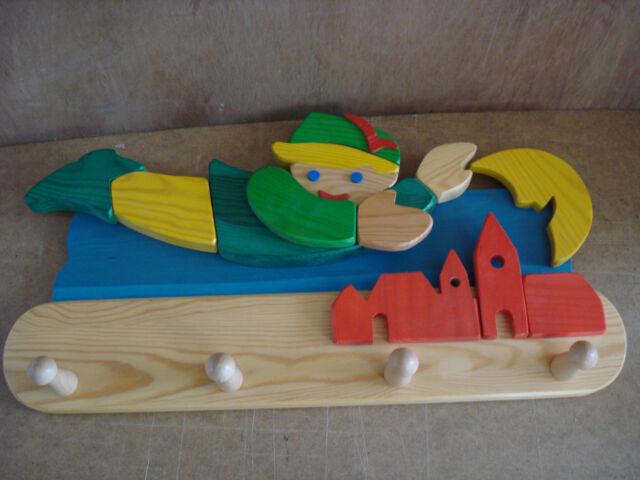 Kindergarderobe, aus  Holz.