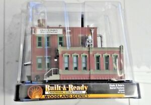 WOODLAND-SCENICS-1-87-HO-BUILT-amp-READY-CLYDE-amp-DALE-039-S-BARREL-FACTORY-5026-F-S