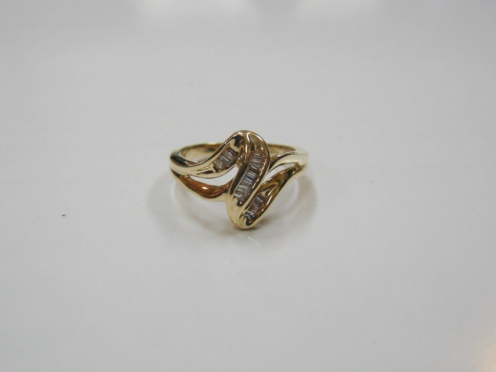 10k Yellow gold Ladies Ring w  Baguette Diamonds   Sz 7.25   G54-M