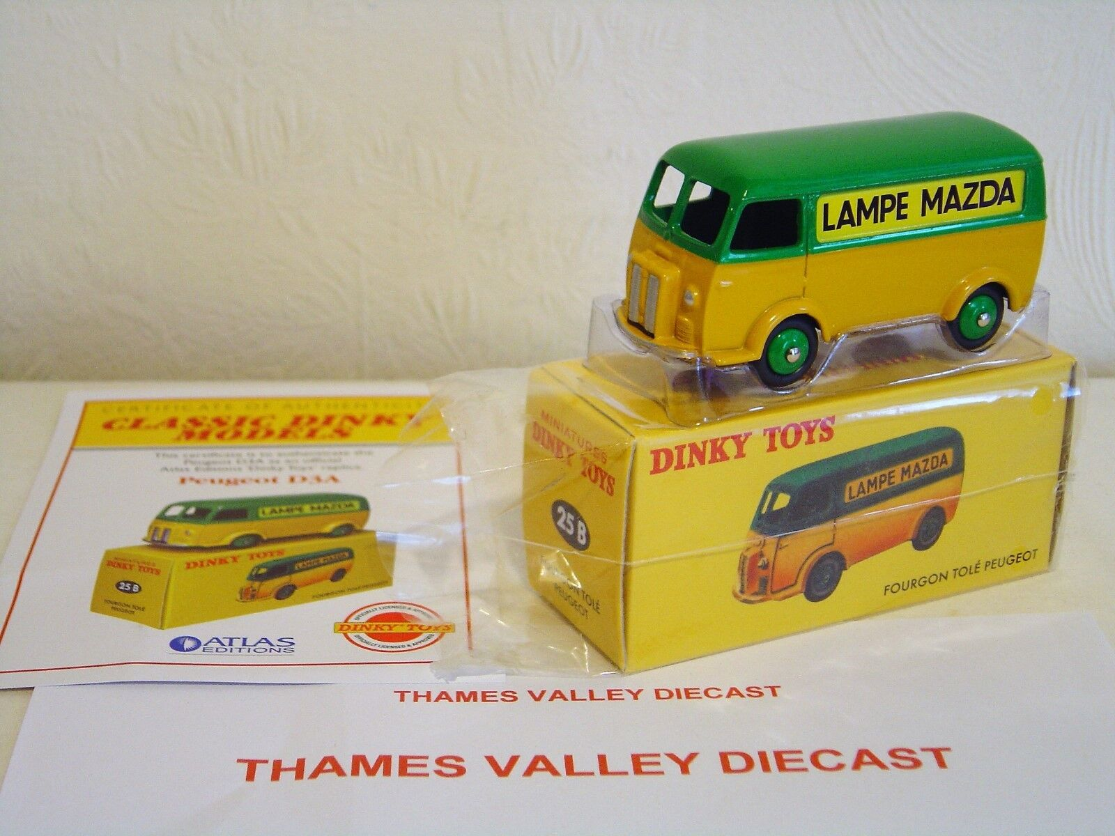 ATLAS EDITIONS DINKY TOYS 25B, FOURGON TOLE PEUGEOT LAMPE MAZDA + CERT OF AUTH