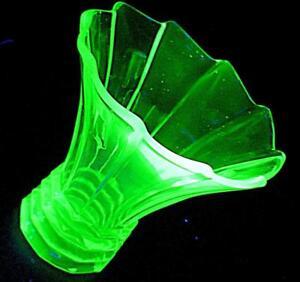STUNNING-VINTAGE-WALTHER-KOPENHAGEN-GREEN-URANIUM-GLASS-VASE-16cm-HIGH
