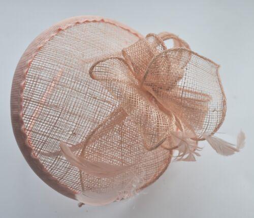Saumon nude//Cerise Chaud Rose Vif Round Sinamay plume//Hatinator