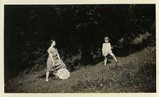 PHOTO ANCIENNE - VINTAGE SNAPSHOT - JARDIN OMBRELLE MODE PROFIL - GARDEN PARASOL