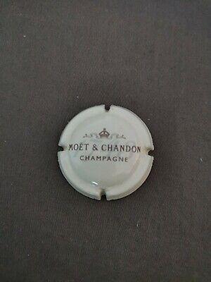 cote à 2 Capsule Moët et Chandon Nom horizontal, 1748 en fond Crème