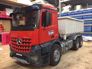 Mercedes-benz Arocs 6x4 Roll Container Avec Figurine Rouge / Gris 1:16