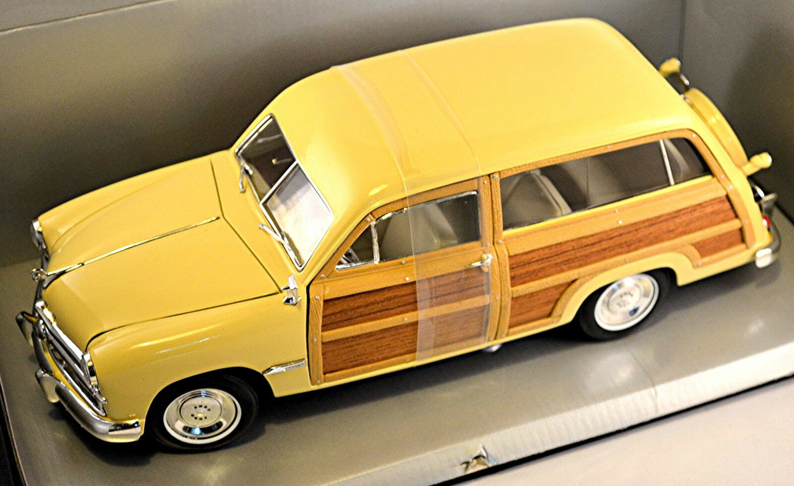 Ford woody wagon 1949 crème 1 18 MOTOR CITY CLASSICS