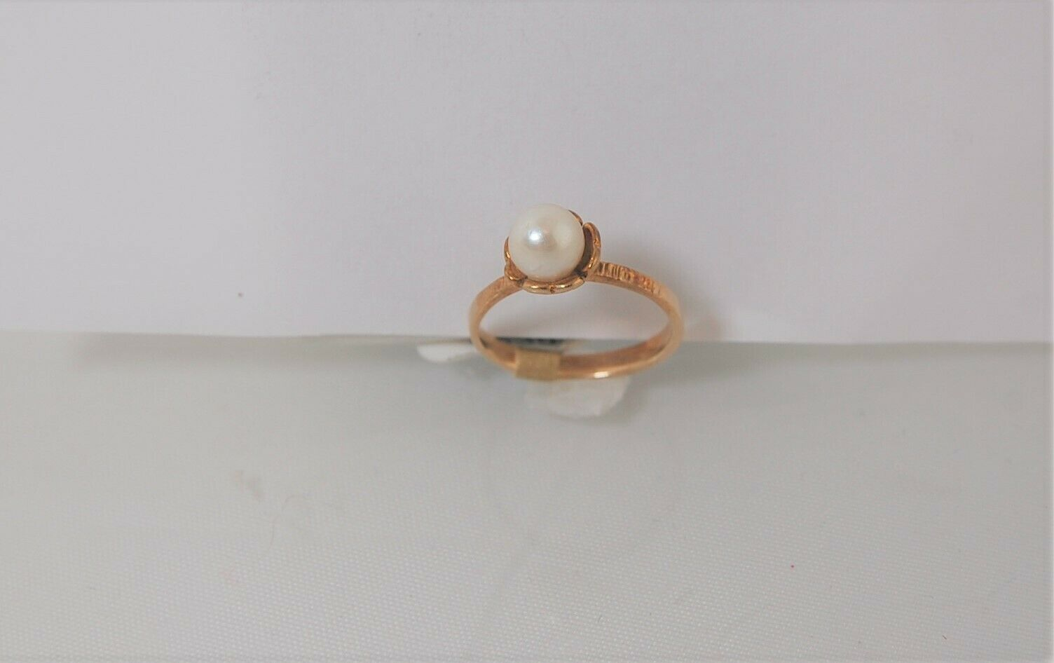(45353) 10k gold ring with pearl like stone set in flower design