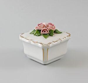 9997358-Porcelain-Viereck-Dose-Rose-Handmodelliert-Gold-Rim-Ens-7x7x6cm