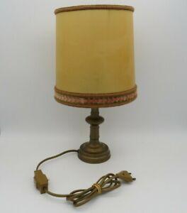 Italienische-Nachttischlampe-mit-Messingfuss-und-gelbem-Schirm-1970er-Jahre