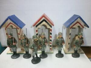 6-alte-Hausser-Elastolin-Massesoldaten-zu-7-5cm-Wachparade-mit-3-Schilderhaeusern