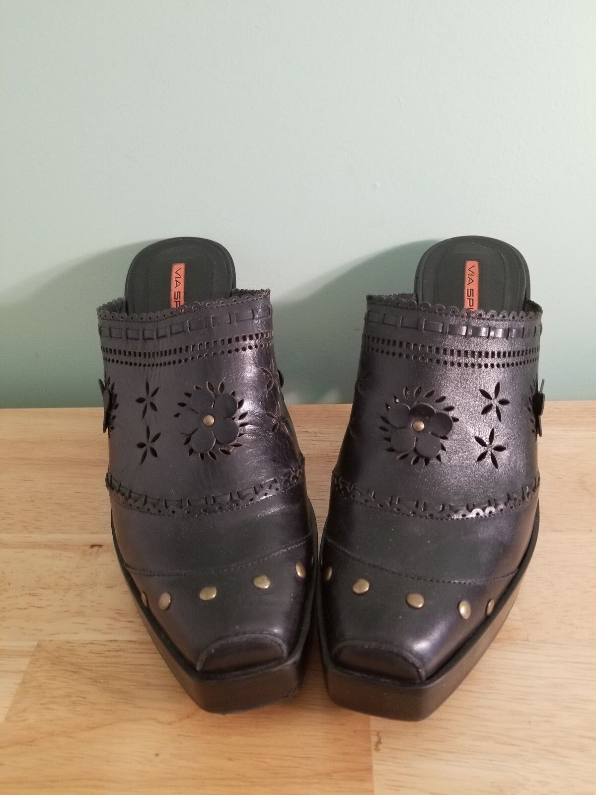 Via Spiga Leather Floral Cutout Studded Clogs nero Dimensione 10