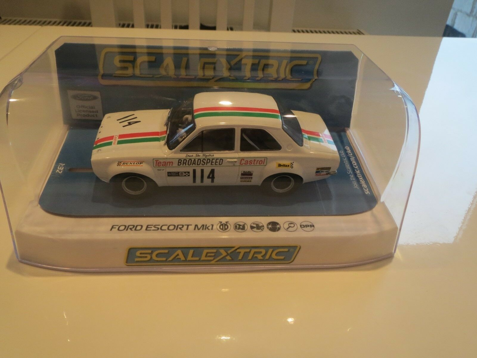 Scalextric C3924 Ford Escort Mk1 100%BRAND NEW SUPERB LOOKING CAR CLASSIC