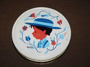 VINTAGE-10-034-ACROSS-AMISH-COUNTRY-BOY-WITH-HAT-FLOWERS-ROUND-TIN-EMPTY