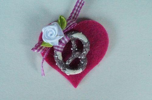Herz Brosche Pink Filz mit Brezel Satinrose Landhaus Tracht Dirndl Oktoberfest