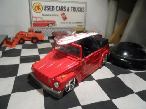 JADA 1973 VW VOLKSWAGEN MEHRZWECK WAGEN THING 1:24 RED WITH SURFING BOARD V DUBS