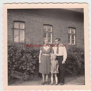 (f5538) Orig. Photo Couple Avec Filles à Une Maison, 1950er-afficher Le Titre D'origine Une Grande VariéTé De ModèLes