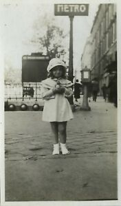 PHOTO-ANCIENNE-VINTAGE-SNAPSHOT-METRO-PARIS-ENFANT-JOUET-MODE-TOY-FASHION