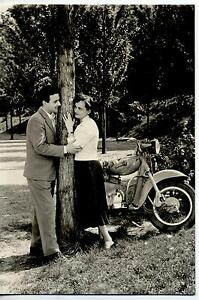Girl-amp-Scooter-Bellezze-e-Motori-Coppia-con-Motoretta-PC-Circa-1960-Real-Photo