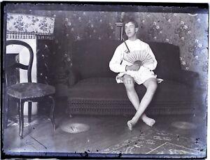 Jeune-Homme-Deguisements-Interieur-Maison-NEGATIF-Photo-Vintage-Plaque-ca-1900
