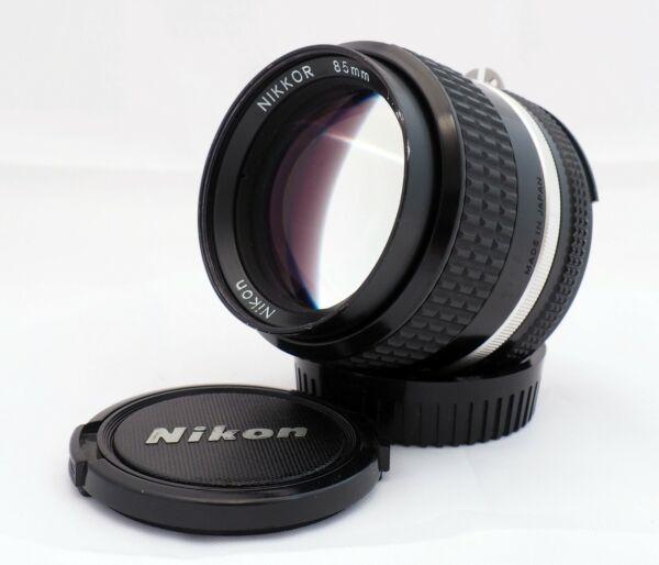 Belle Nikon Nikkor 85mm F/2 Ai-s Lens