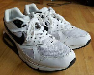 Détails sur Nike Air Max IVO Noir Blanc Baskets UK 7.5, EU 42 afficher le titre d'origine