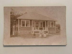 VINTAGE-POSTCARD-UNUSED-3-CHILDREN-IN-FRONT-OF-A-HOUSE
