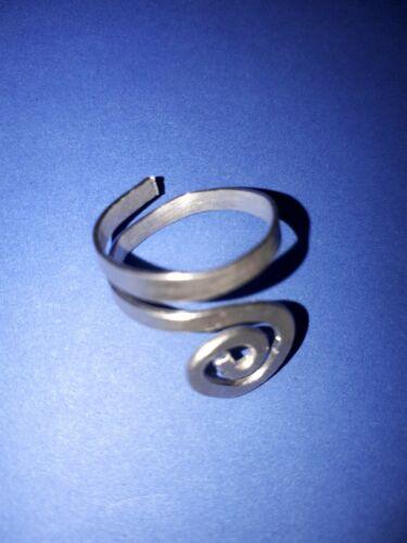 Aluminio hecho a mano de plata Anillo de mano martillado con curvas y giros