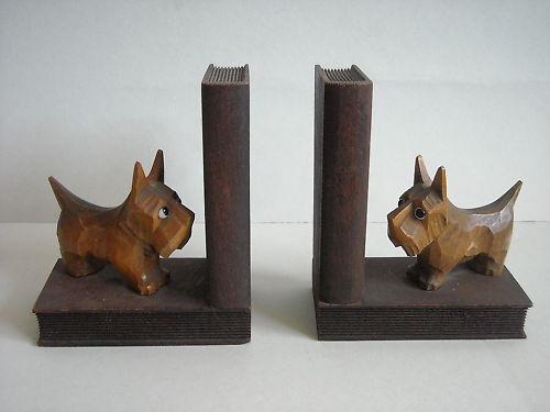 Paar alte figürliche Buchstützen Holz Scotch Terrier Glasaugen