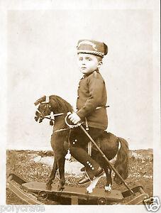 Tirage photo ancienne-  Petit garçon en militaire cavalier sur cheval à bascule