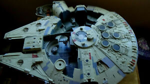 """STAR WARS Huge 31""""L by 24.5""""W MLLENNIUM FALCON with sound and parts missing"""