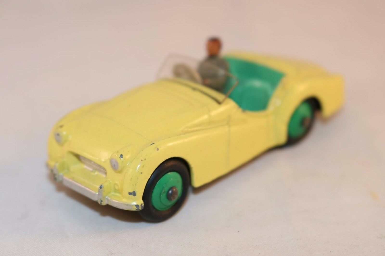 Dinky Toys 105 Triumph Tr 2 jaune in near mint all original condition