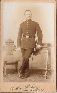 CDV-Soldat-im-Fotoatelier-Kamenz-1890er