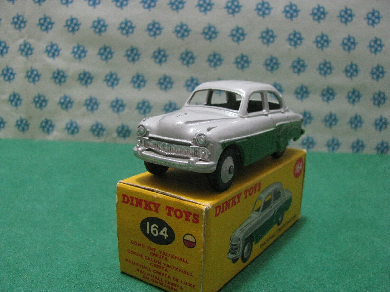 Vintage Dinky toys   -    VAUHXALL CRESTA Saloon   -  1 43 Dinky toys 164  MIB