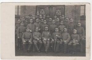 4-443-AK-SOLDATEN-PICKELHAUBEN-AN-EINEN-SOLDATEN-GRODEN-KREIS-LIEBENWERDA-1918
