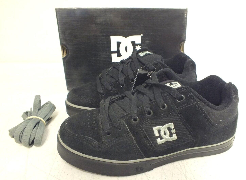 L'azienda di scarpe di camoscio nero e grigio