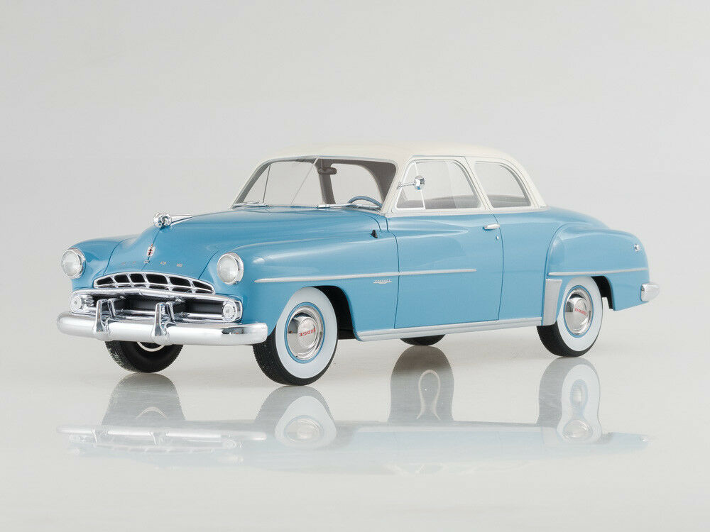 Modelo de escala 1:18 Dodge Coronet Club Coupe, luz azulblanco, 1952