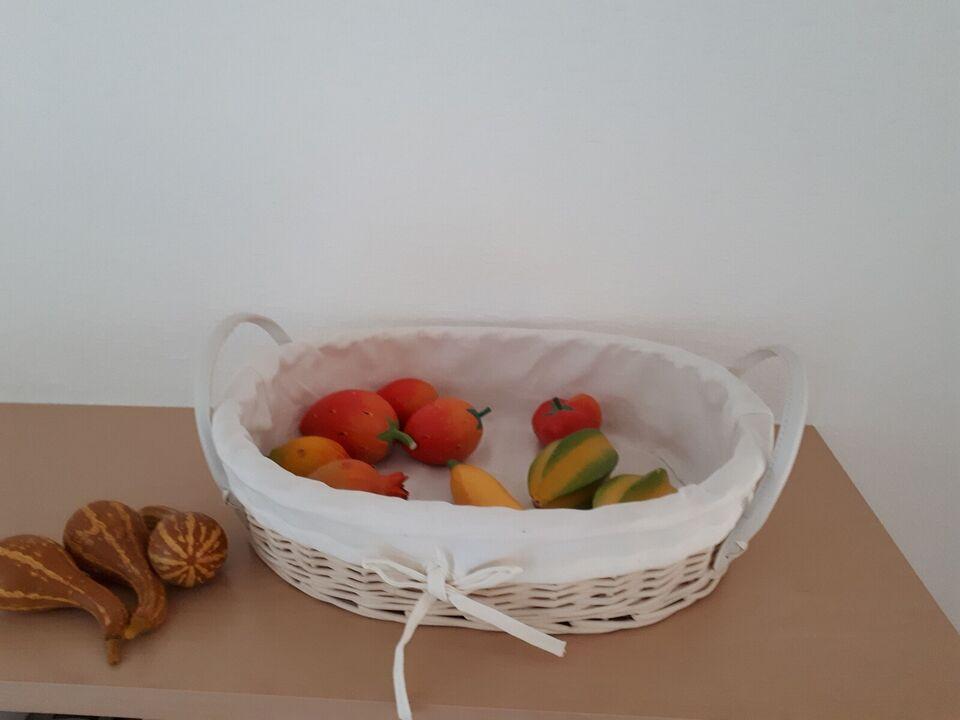 13 stk kunstige frugter i træ, Incl rigtig flot hvid kurv