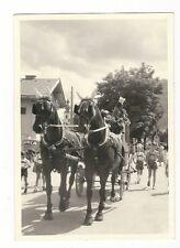 13/934 FOTO PFERDE FUHRWERK MARKANTE KIRCHE LEDERHOSE POSTHORN OLDTIMER AUTO