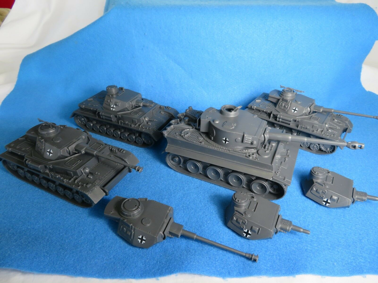 Classic Toy Soldiers WWII GERMAN Tiger Tank & 3 Panzer COMBO Group