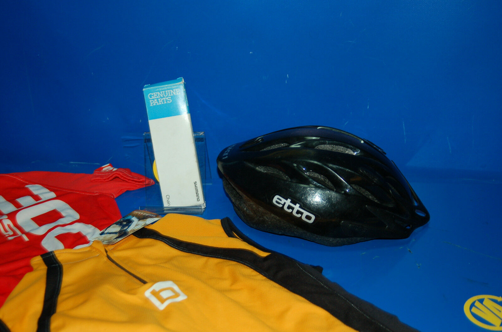 Lote ciclista buen estado 2 maillots maillots maillots + una cadena Shimano nueva + un casco | riduzione del prezzo  | A Prezzi Convenienti  7525b2