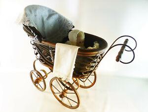 alter-antiker-kleiner-Holz-Puppenwagen-mit-Babypuppe-Alter-und-Marke-unbekannt