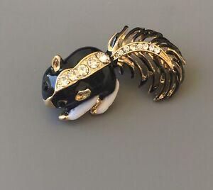 Adorable-Skunk-brooch-Pendant-enamel-on-Gold-tone-metal-with-crystals