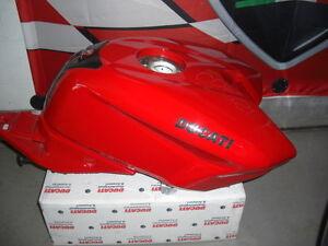 Ducati-848-1098-1198-S-Tank-Rot-mit-Benzinpumpe