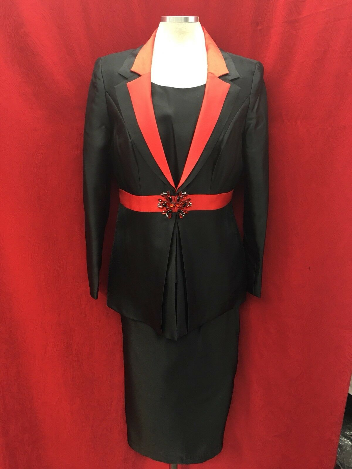 TALLY TAYLOR SKIRT SUIT. SKIRT LENGTH 32  LINED SIZE 16W NEW WITH TAG RETAIL 229