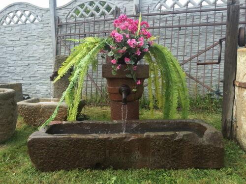 Historischer Brunnen aus rotem Sandstein 1850 Jahr, das Original