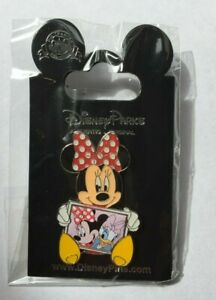Disney-Pin-Badge-Minnie-holding-Photo-Frame-Minnie-amp-Daisy