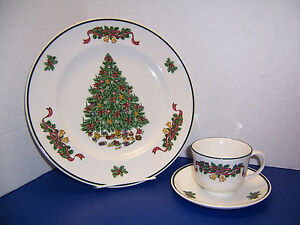 Johnson-Brothers-Victorian-Christmas-Dinner-Plate-Cup-amp-Saucer-Made-in-England-034