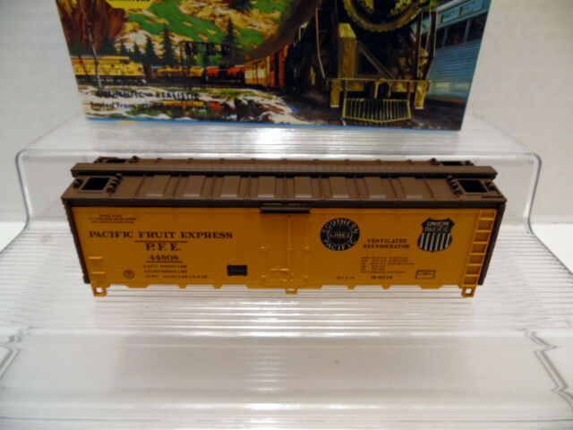Athearn Blue Box 40' PFE Reefer - Orange 5030